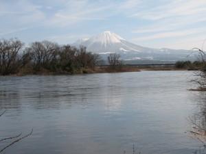 早春の山と河