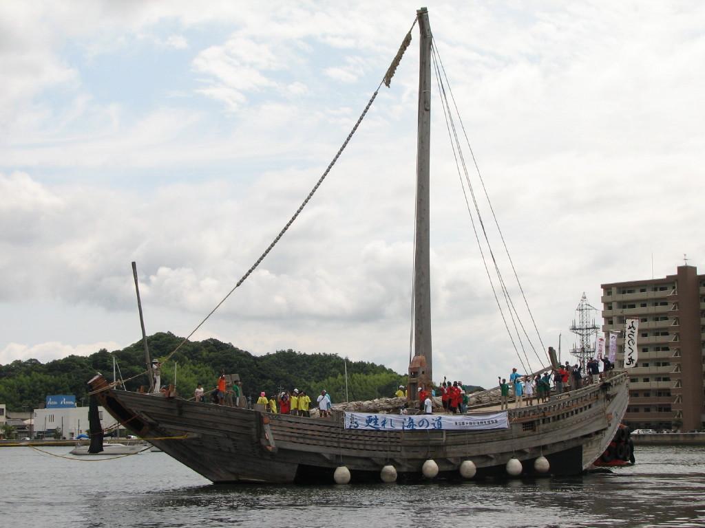 北前船みちのく丸 いったん、米子水鳥公園沖まで曳航。 その後、帆を揚げて帆走すると思った...